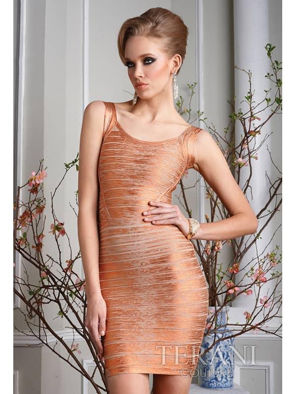 Узкое облегающее коктейльное платье из бронзового трикотажа.