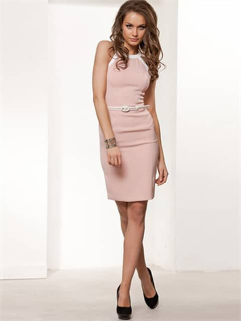 Коктейльное платье розового цвета с американской проймой и открытой спиной.