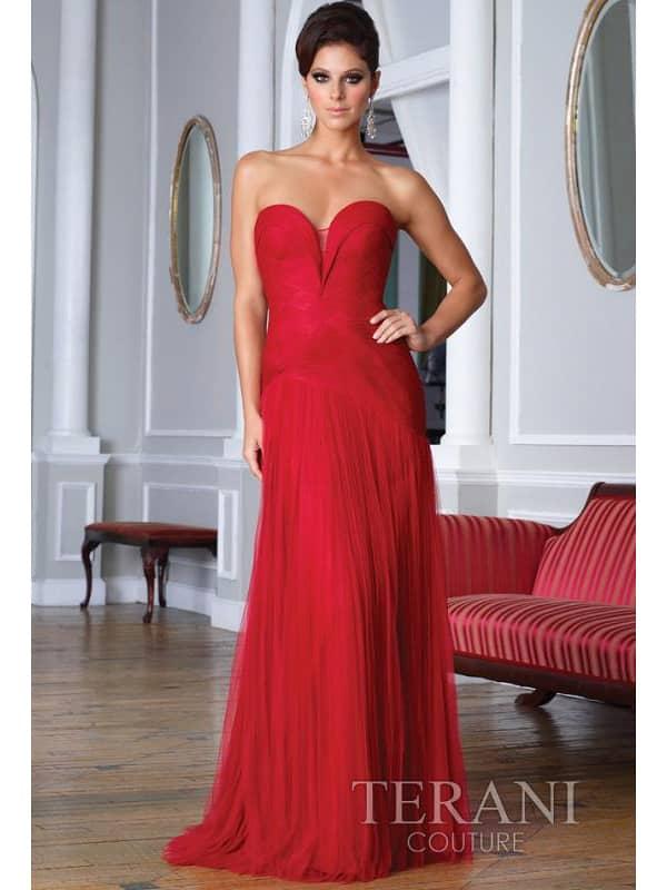 Красное вечернее платье с открытой спиной.