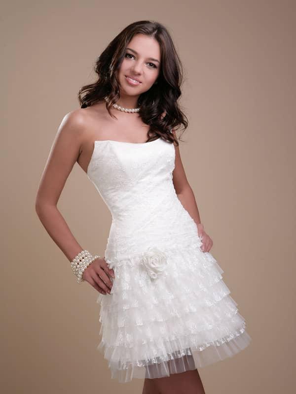 Красивое открытое короткое свадебное платье из прозрачного кружева.