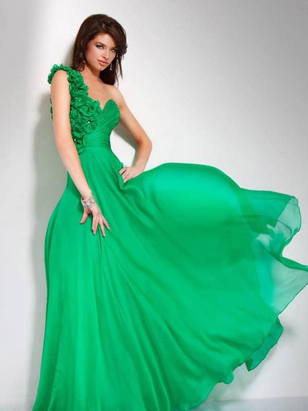Красивое длинное вечернее платье цвета зелёной мяты.
