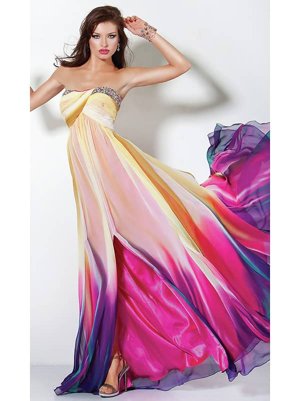 Многоцветное легкое платье.