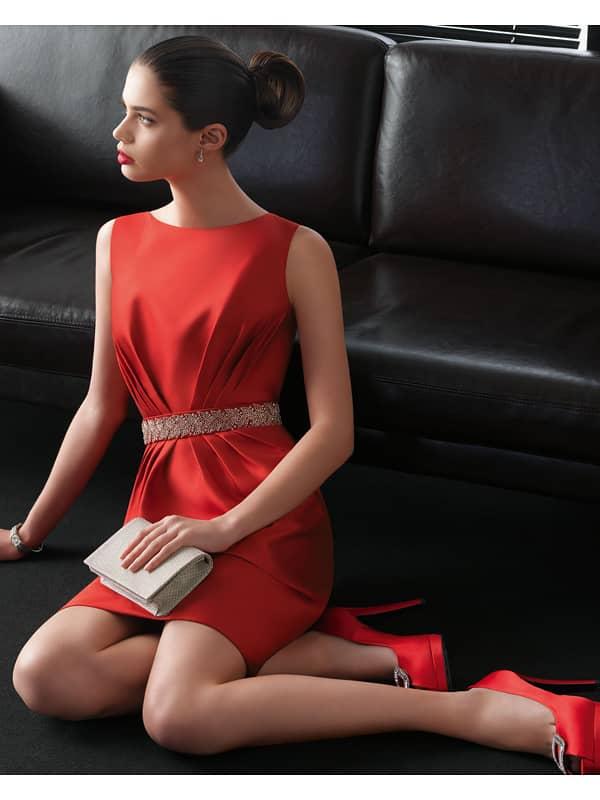 Цельнокроеное коктейльное платье прямого силуэта из алого атласа.