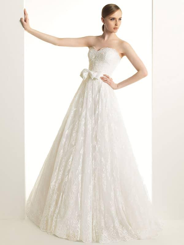 Свадебное платье «принцесса» с кружевным верхом юбки и широким поясом с бантом.