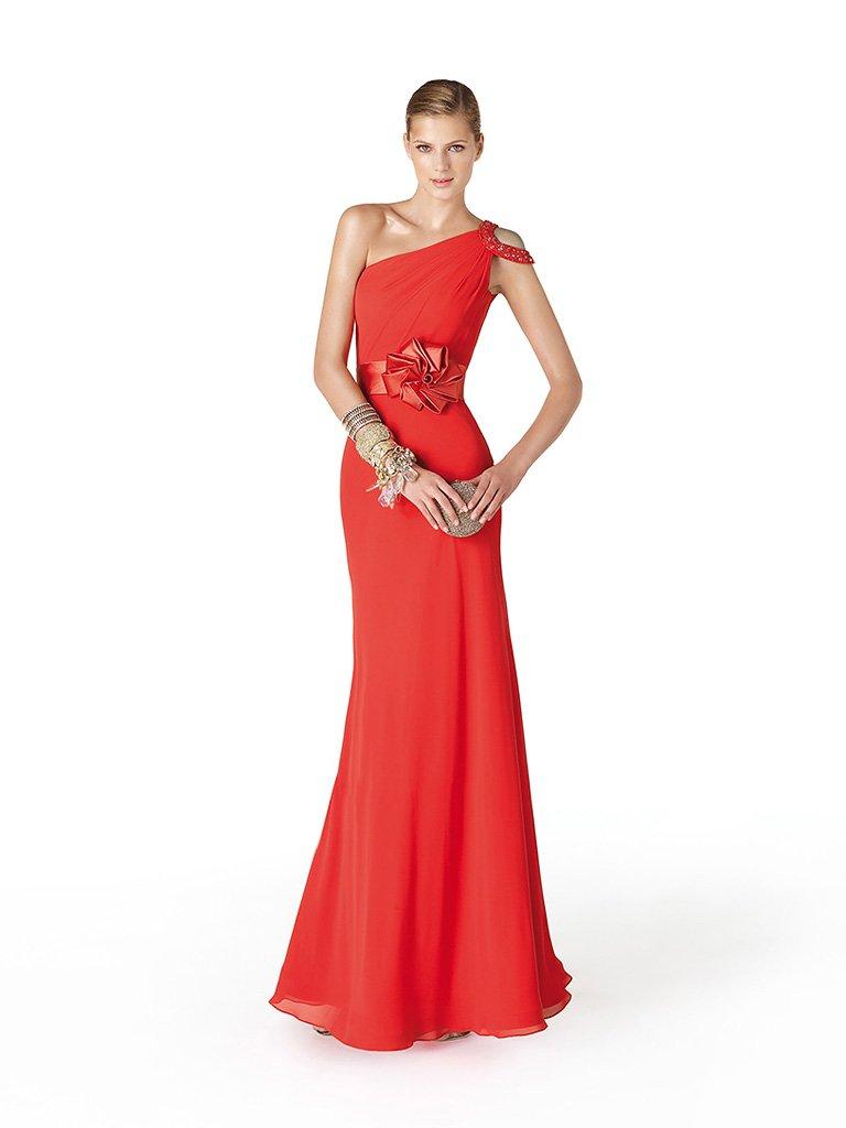 Эффектное длинное вечернее платье с бантом.