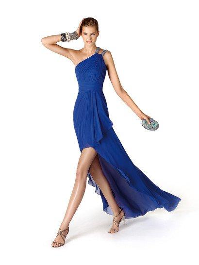 Стильное синее шифоновое вечернее платье с подолом переменной длины из коллекции вечерних платьев линии «It's my party» Pronovias Fashion Group.  Асимметричная драпировка лифа зафиксирована на одном плече петлёй-брошью, инкрустированной кристаллами.  Платье идеально для выпускного и Нового года!