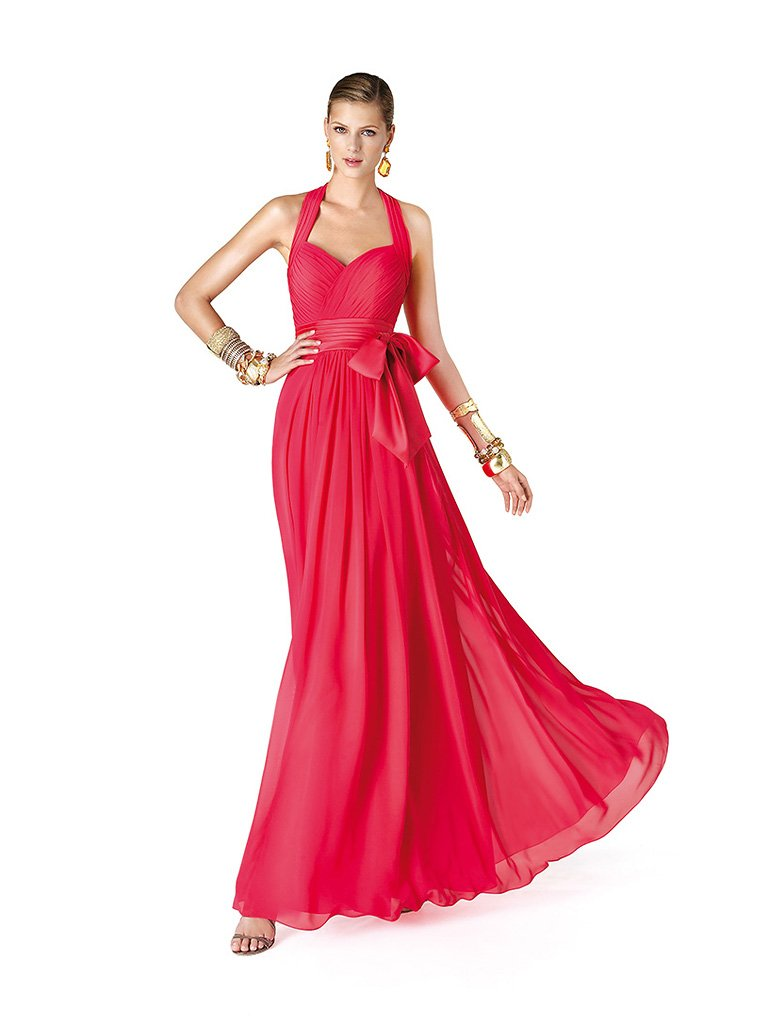 Красивое красное длинное вечернее платье.