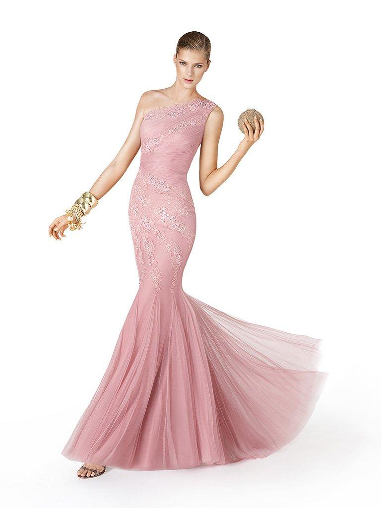 Красивое длинное вечернее платье.