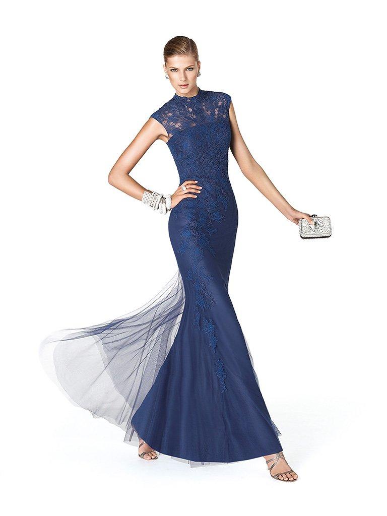Элегантное закрытое длинное вечернее платье тёмно-синего цвета.
