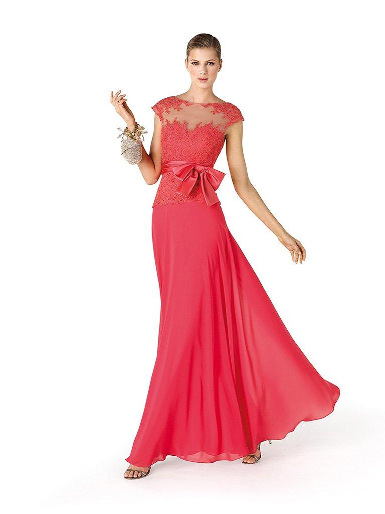 Красное длинное вечернее платье.