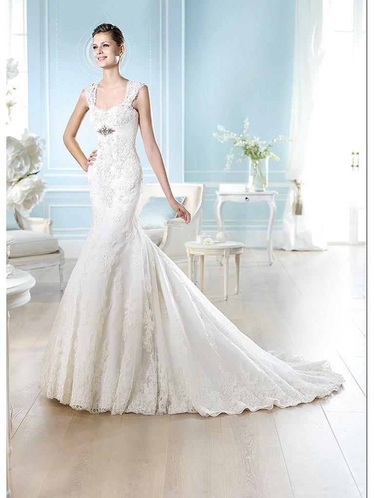 Свадебное платье «русалка» с завышенной линией талии и широкими кружевными бретелями.