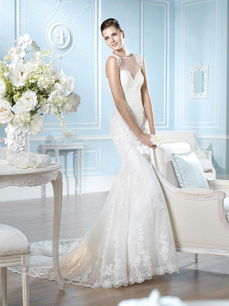 Элегантное свадебное платье облегающего кроя с полупрозрачной вставкой над лифом.