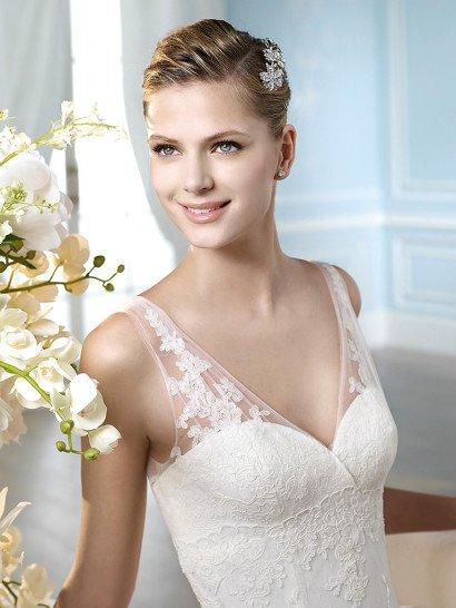 Кружевное свадебное платье с облегающим силуэтом и женственным вырезом с узкими бретелями.
