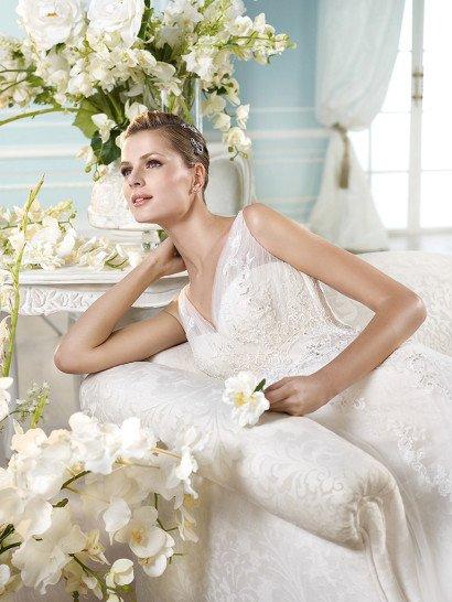 Ампирное свадебное платье с кружевным декором и деликатным V-образным вырезом декольте.