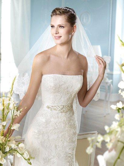 Свадебное платье со стильным лифом прямого кроя и атласным поясом на талии, украшенным бисером.