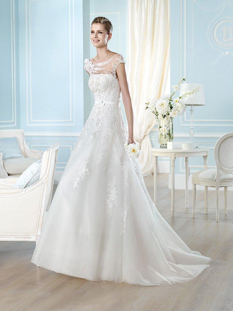 Свадебное платье со шлейфом и открытой спиной.
