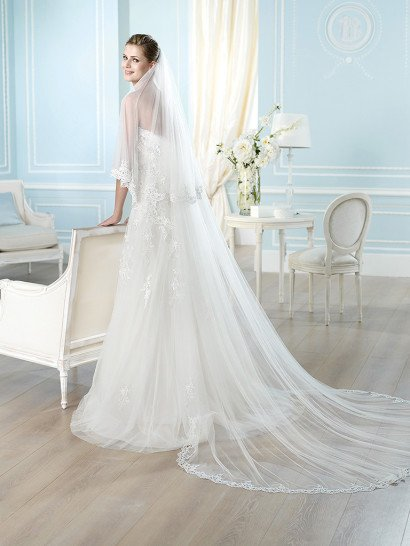 Свадебное платье «принцесса» с нежным высоким вырезом, оформленным кружевом.