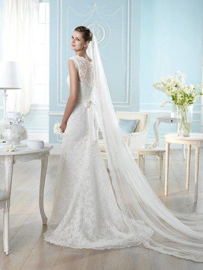 Прямое свадебное платье с широкими кружевными бретелями и вышивкой сияющими пайетками.