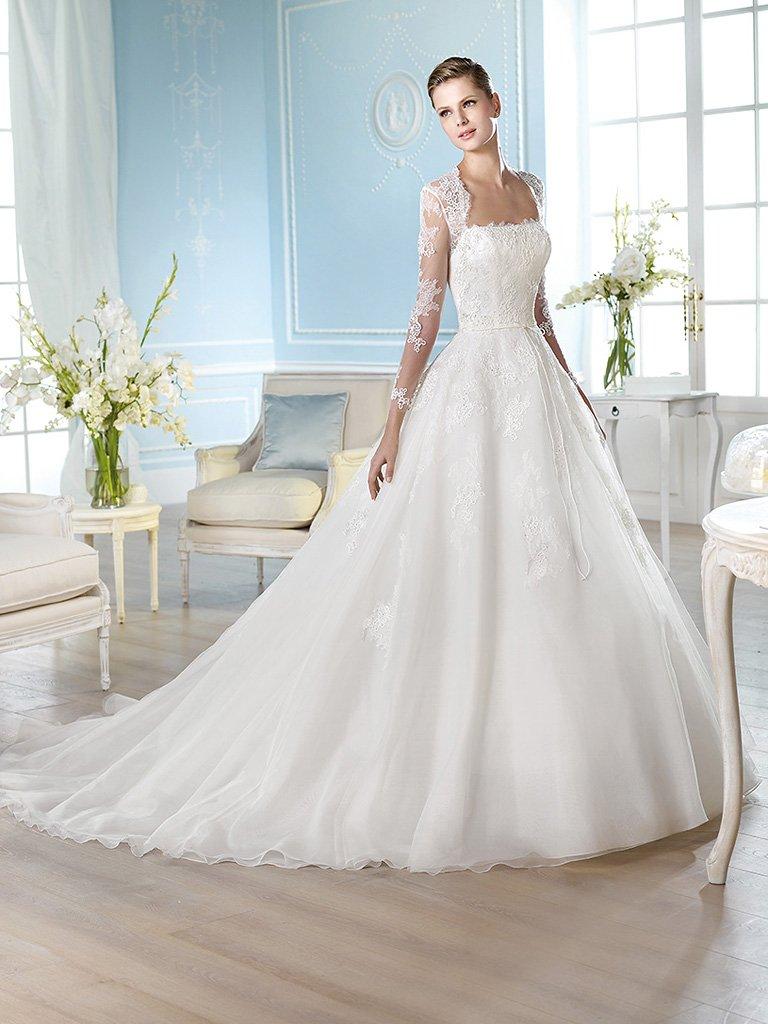 Кружевное свадебное платье А-силуэта со шлейфом.