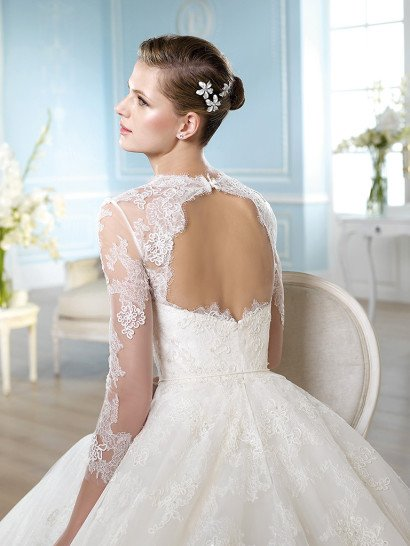 Кружевное свадебное платье со шлейфом.