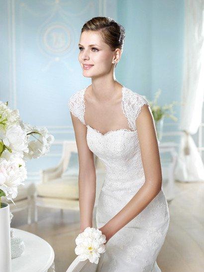 Прямое кружевное свадебное платье.