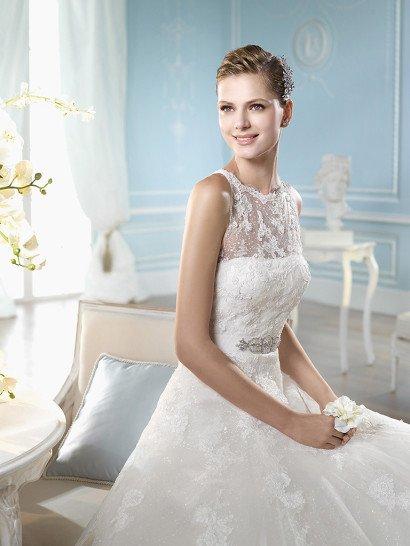 Кружевное свадебное платье А-силуэта с длинным шлейфом.