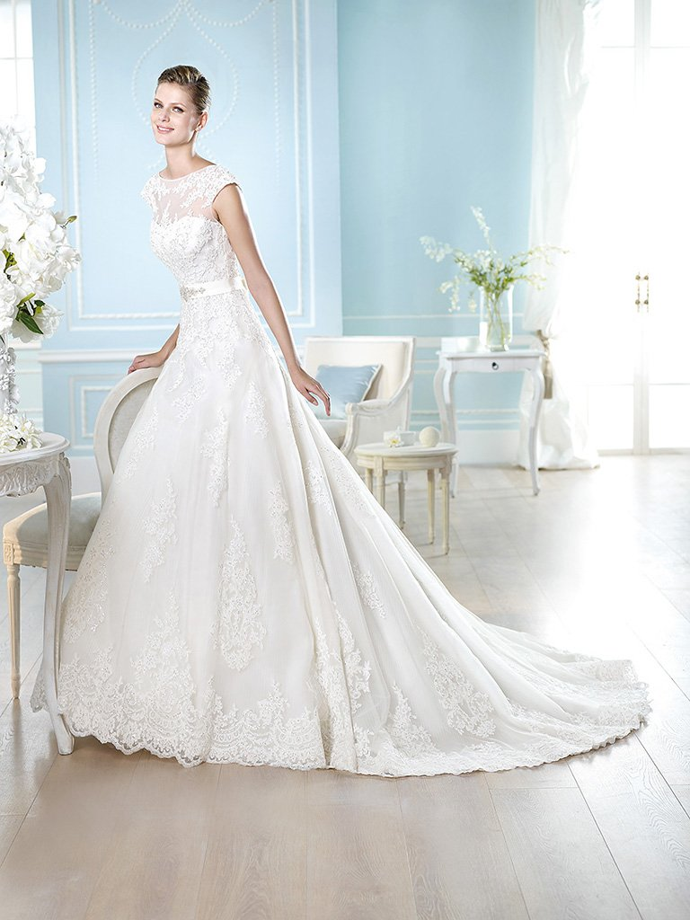 Кружевное свадебное платье А-силуэта.