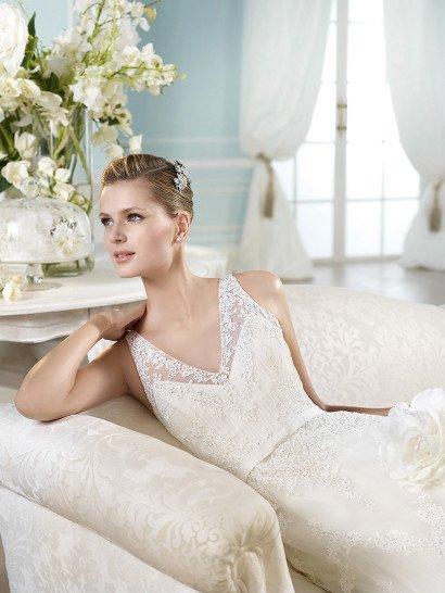 Свадебное платье «принцесса» с заниженной линией талии и глубоким V-образным вырезом.