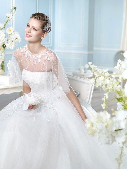 Пышное свадебное платье с утонченным лифом прямого кроя, покрытым тонким болеро.