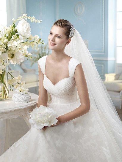 Роскошное свадебное платье силуэта «принцесса» с кружевной отделкой.