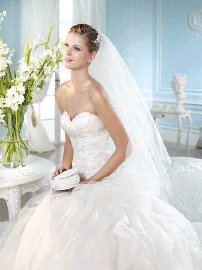 Свадебное платье с аппликациями на корсете и прозрачным болеро с длинным рукавом.