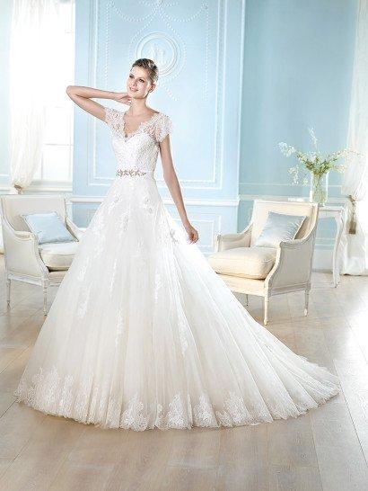 Свадебное платье с V-образным декольте.
