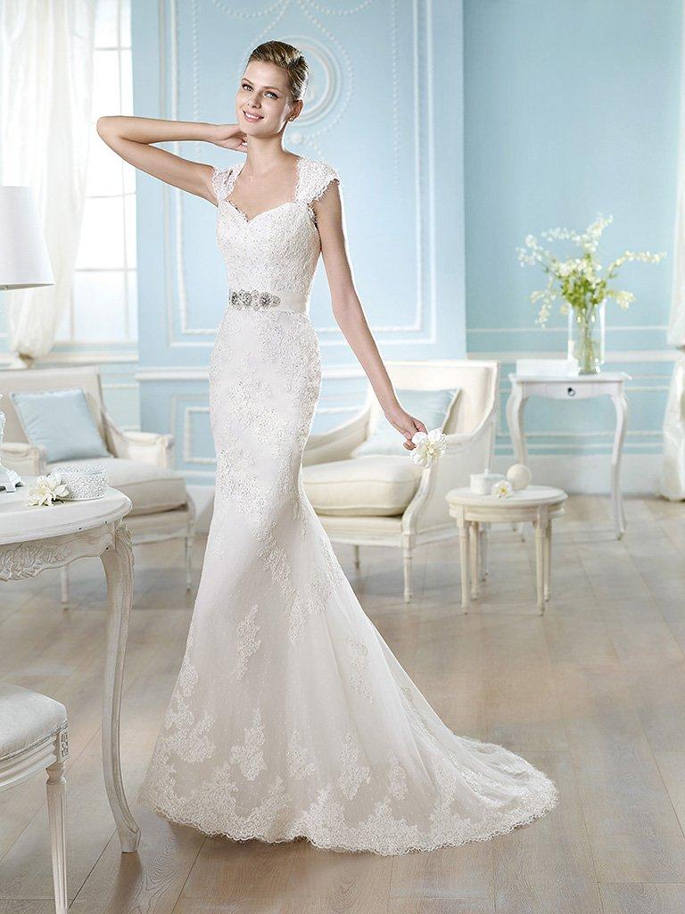 Прямое свадебное платье с поясом.