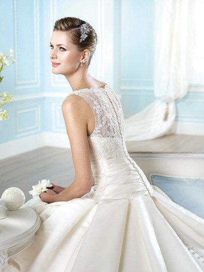 Свадебное платье с кружевным округлым декольте  и атласной юбкой с вертикальными складками.