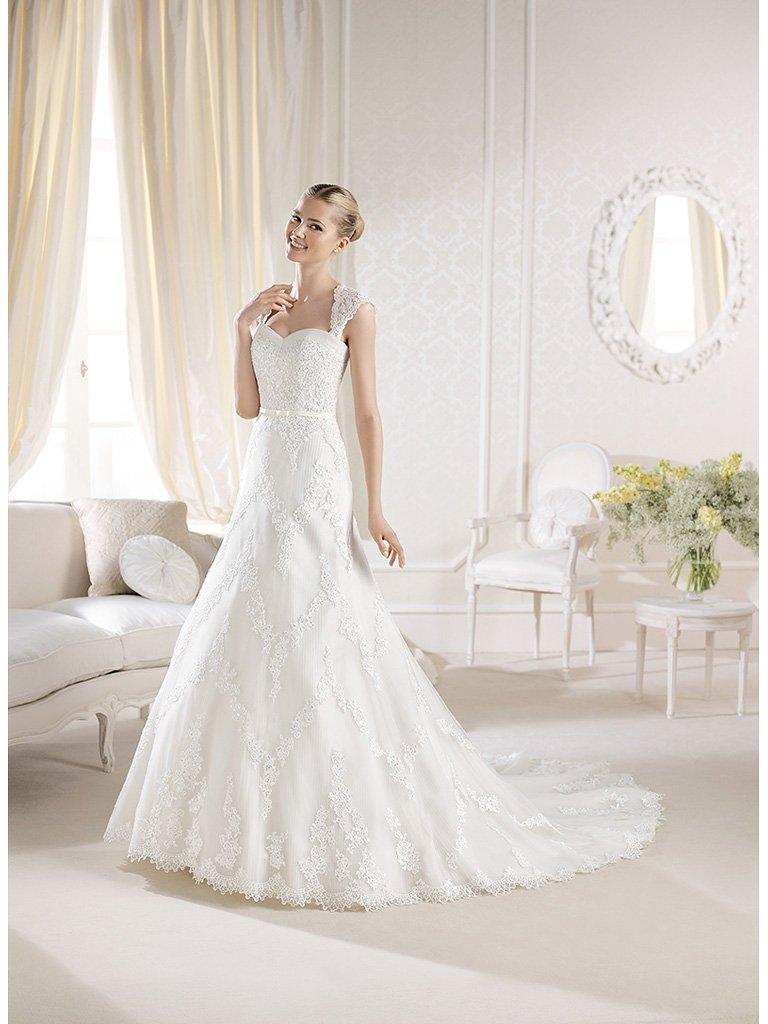 Открытое кружевное свадебное платье А-силуэта со шлейфом.