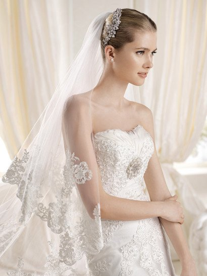 Красивое открытое свадебное платье прямого силуэта со шлейфом.