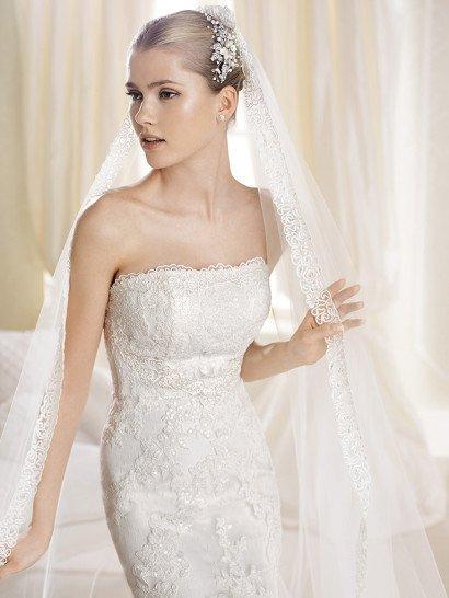 Открытое кружевное свадебное платье силуэта «русалка» со шлейфом и прямым декольте.