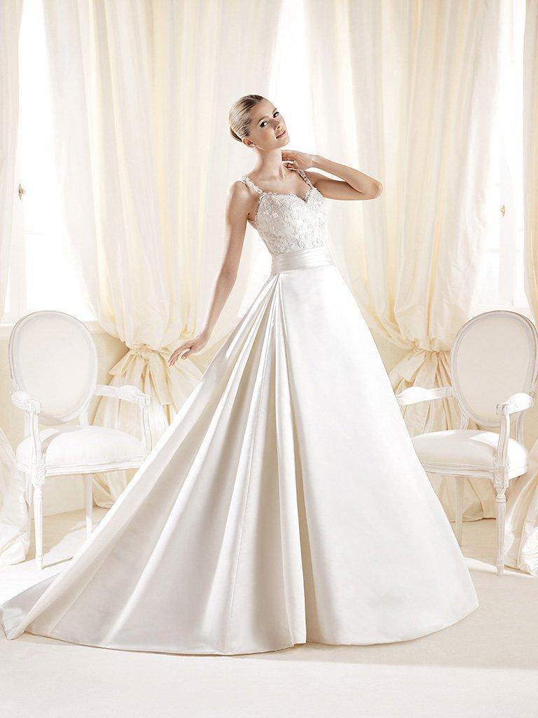Свадебное платье А-силуэта с поясом и со шлейфом.