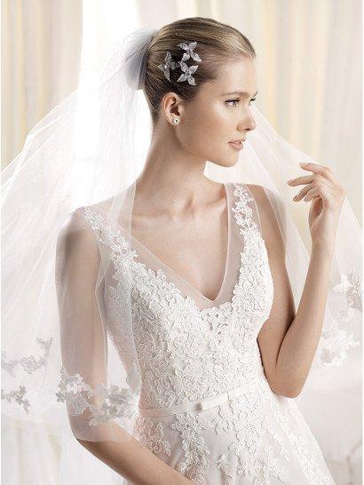 Красивое свадебное платье А-силуэта с V-вырезом.