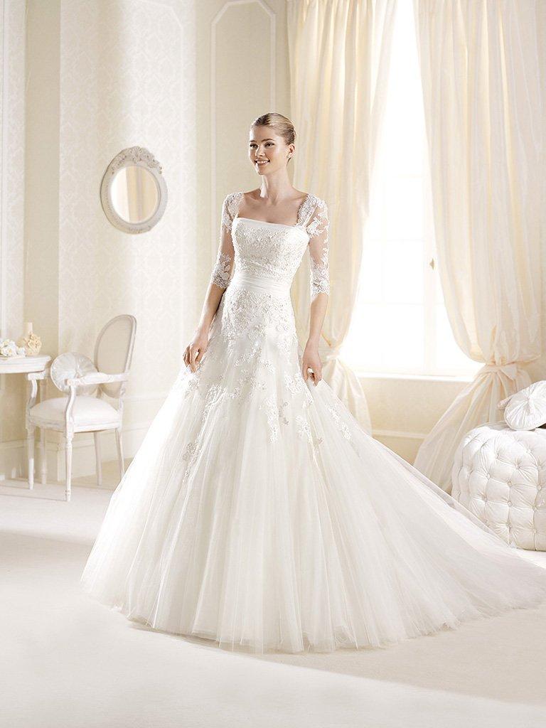 Открытое пышное свадебное платье А-силуэта со шлейфом и прямым декольте.