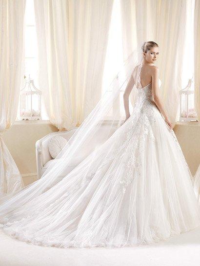 Пышное свадебное платье со шлейфом и  открытой спиной.