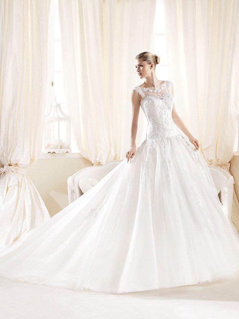 Пышное свадебное платье из фатина со шлейфом.