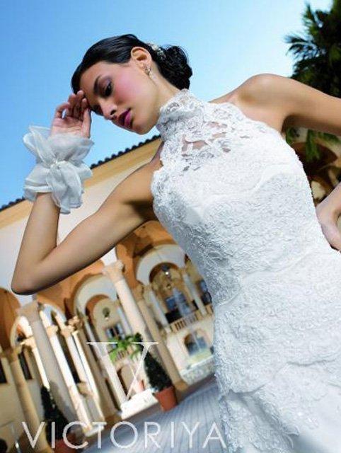 Кружевное свадебное платье с короткой баской и верхом с лифом в стиле американской проймы.