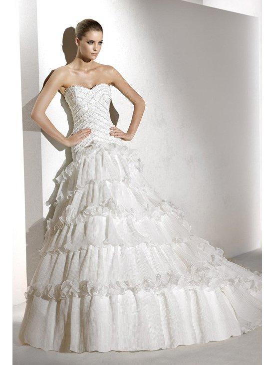 Свадебное платье с интересной юбкой.