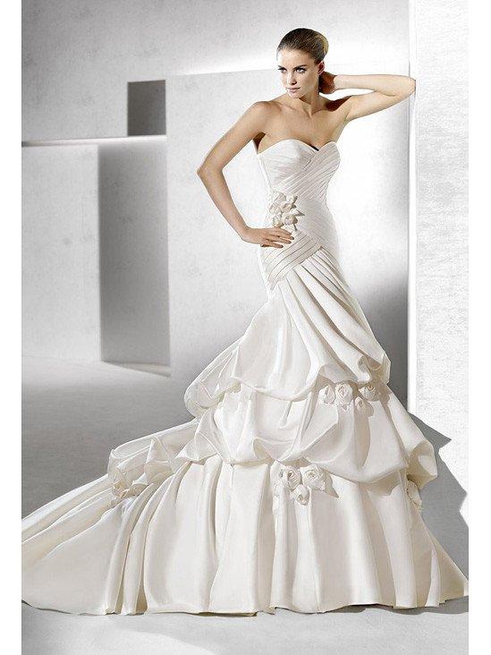 Красивое атласное свадебное платье.