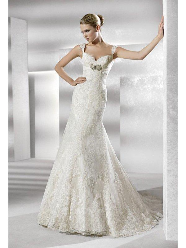 Красивое узкое кружевное свадебное платье с роскошным шлейфом и открытой спиной. ➌ Примерка и подгонка платьев  ✆ +7 495 627 62 42 ★ Салон Виктория Ⓜ Арбатская Ⓜ Смоленская