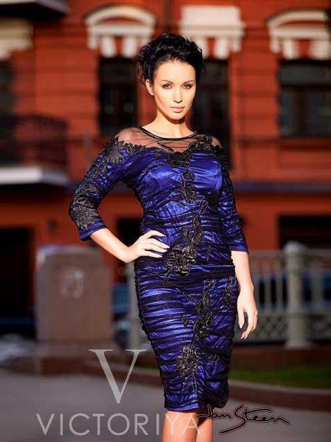 Драматичное вечернее платье с атласной подкладкой синего цвета и черным кружевным верхом.