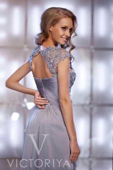 Сияющее вечернее платье с короткими рукавами и отделкой из кружева и драпировок.
