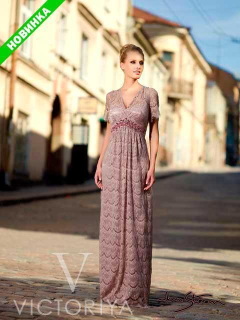 Стильное вечернее платье с абстрактным рисунком и широкими короткими рукавами.