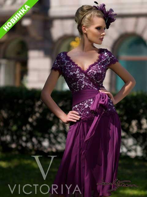 Короткое вечернее платье насыщенного фиолетового цвета с кружевным декором лифа.